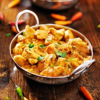 Pollo al curry indiano in un piatto balti