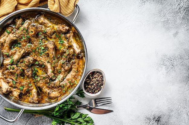 Collo di pollo indiano al curry con verdure. sfondo grigio. vista dall'alto.