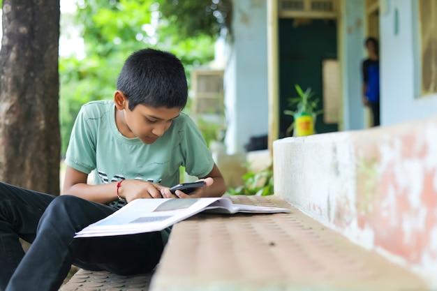 Bambino indiano che assiste a lezione in linea