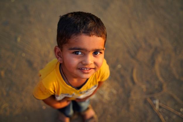 Bambino indiano che gioca in esterno