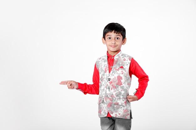 Bambino indiano che mostra direzione con la mano