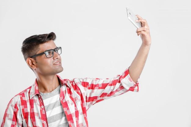 Studente di college indiano prendendo selfie