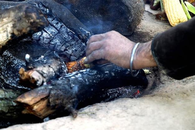 Bhutta di mais indiano cucinato su legna ardente