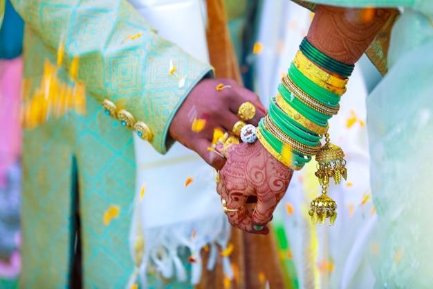 Coppia indiana mano nella cerimonia nuziale satphera nell'induismo