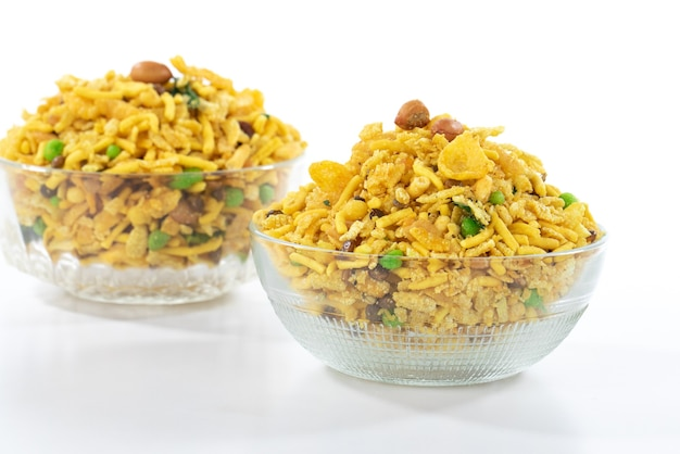 Indian croccante e salato mix di cibo rajasthani, famoso cibo dello stato indiano del rajasthan, isolato su superficie bianca