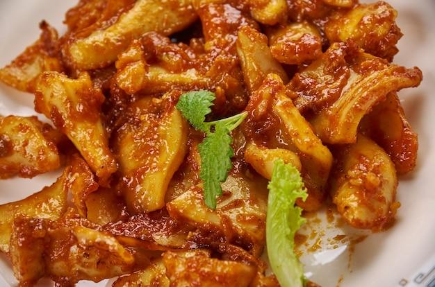 Cucina indiana. koonthal - calamari kerala arrosto, piatti tradizionali indiani assortiti, vista dall'alto.