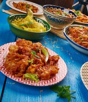 Cucina indiana. piatti tradizionali indiani assortiti, vista dall'alto.