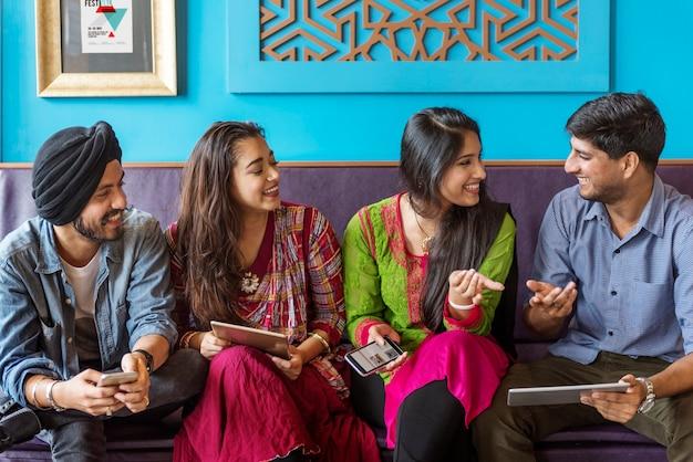 Concetto allegro casuale della comunità etnica indiana