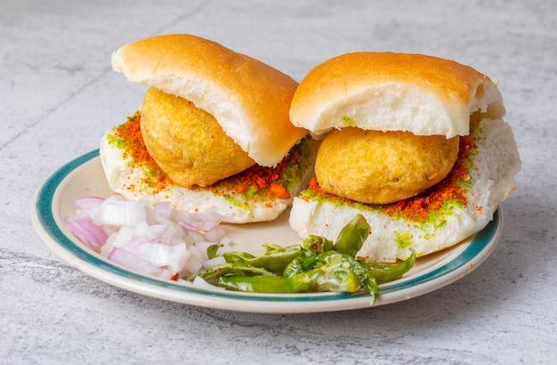 Indian famoso cibo di strada vada pav Foto Premium