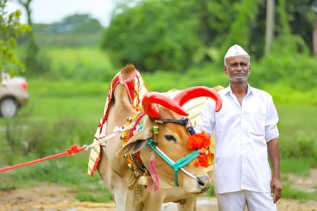 Coltivatore indiano che celebra il festival di pola