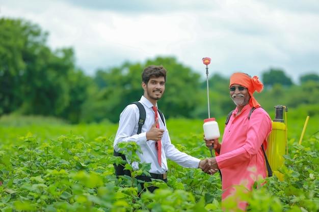 Coltivatore indiano con venditore al campo