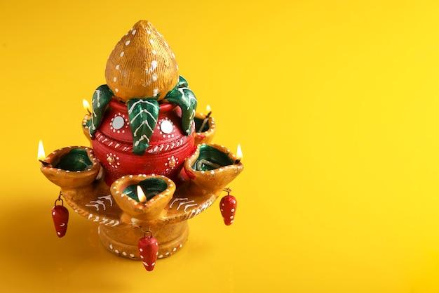 Indian festival diwali, bellissima lampada ad olio in argilla per la celebrazione di diwali