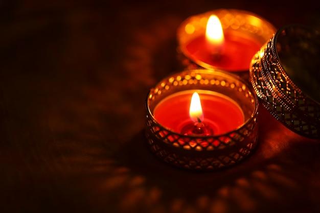 Festival indiano diwali, candela su sfondo scuro