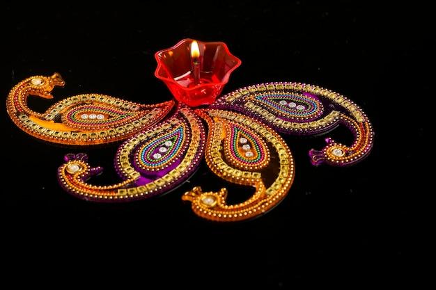 Festival indiano diwali, lampade colorate di olio su sfondo scuro