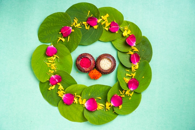 Festival indiano dussehra, foglia verde, riso e fiori