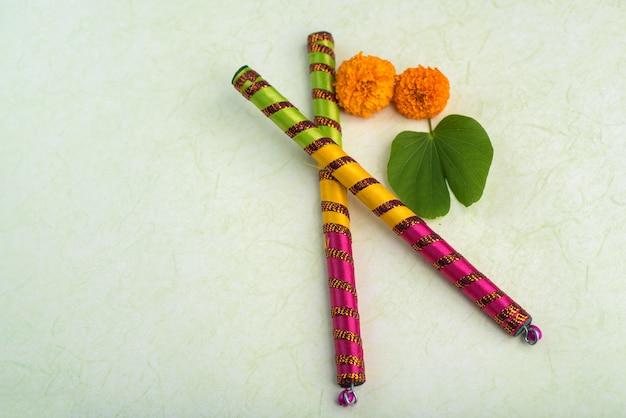 Festival indiano dussehra, con foglia d'oro (bauhinia racemosa) e fiori di calendula con bastoncini dandiya.