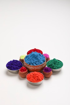 Festival indiano holi, ciotola di multi colore su sfondo bianco