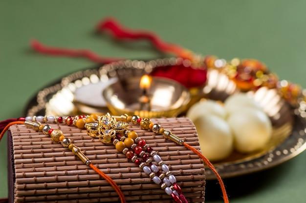 Festival indiano: raksha bandhan o rakhi con un elegante rakhi e diya