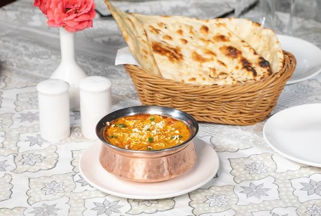 Specialità alimentari indiane. piatto di cibo indiano: kadai shahi paneer o paneer lababda