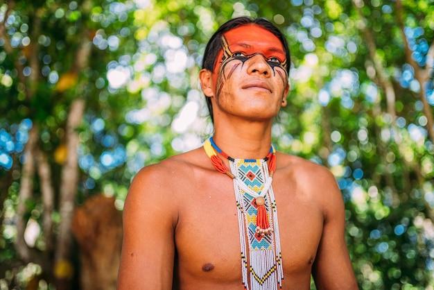 Indiano della tribù pataxã³ sorridente