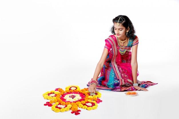 Ragazza indiana che celebra il festival di diwali