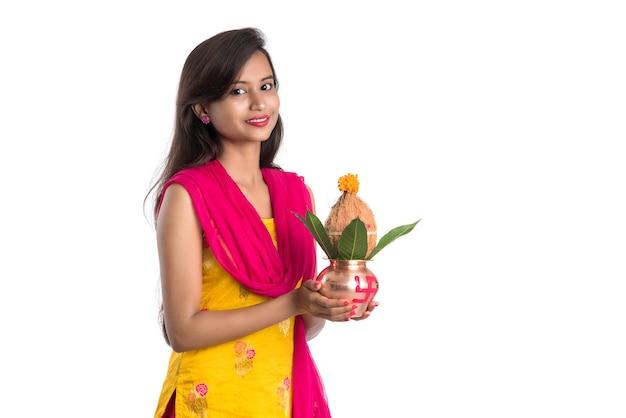 Ragazza indiana che tiene un kalash di rame tradizionale