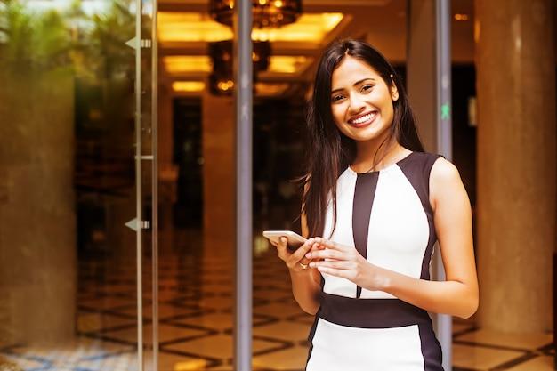 Hostess indiana all'ingresso della sede
