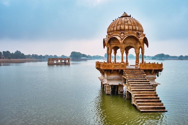 Punto di riferimento indiano gadi sagar nel rajasthan