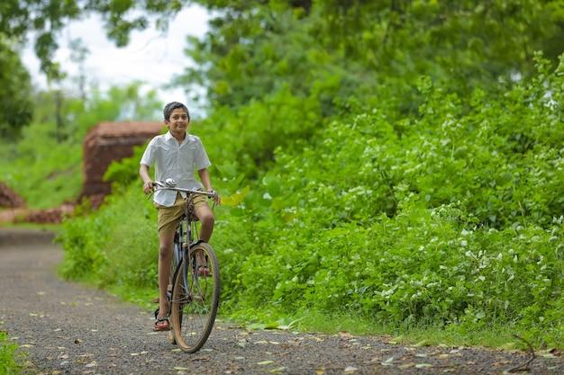 Il ragazzino indiano ama andare in bicicletta