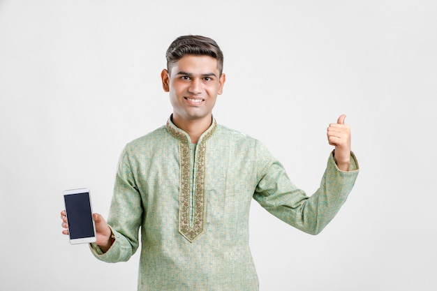 Uomo indiano in abbigliamento etnico e mostrando smartphone