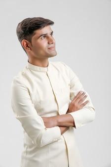 Uomo indiano in abbigliamento etnico