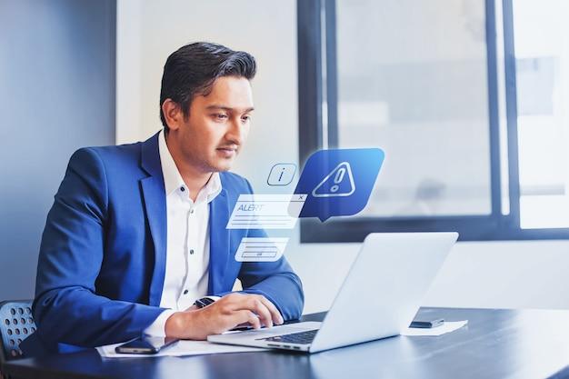 Uomo indiano che riceve una notifica di avviso nel software di protezione dalle frodi finanziarie