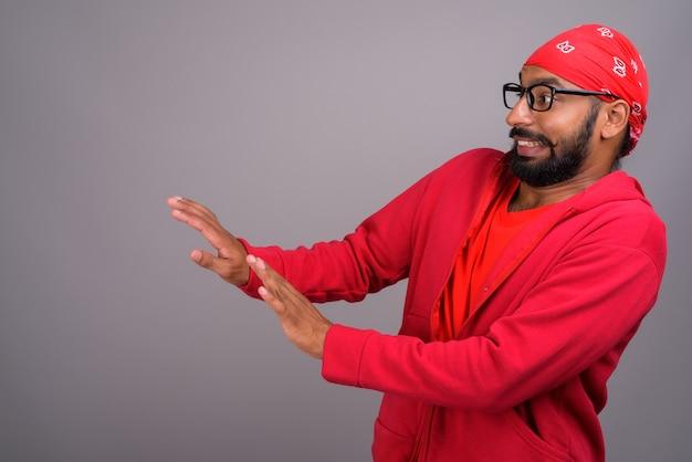 Uomo indiano che mostra arresto e rifiuto con le sue mani