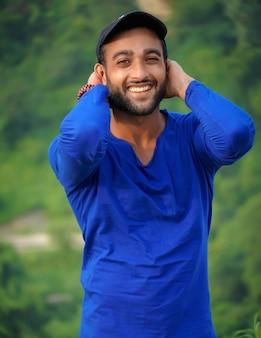 Un uomo indiano sorridente immagine