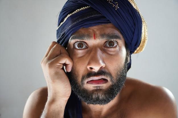 Uomo indiano in teatro vestito da re non faccia felice