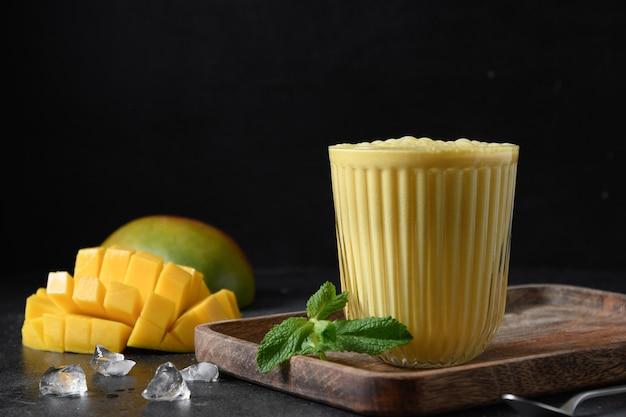 Mango indiano o lassi alla curcuma su sfondo nero
