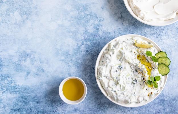 Salsa raita indiana o pakistana con yogurt al cetriolo, aglio e menta
