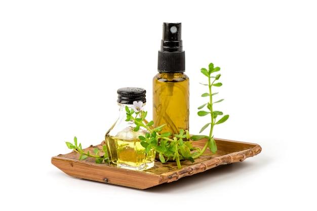 Centella asiatica, brahmi o bacopa monnieri, fiore ramo, foglie verdi ed estratto nella bottiglia isolato su bianco.