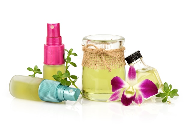 Pennywort indiano o foglie verdi brahmi e olio isolati su sfondo bianco.