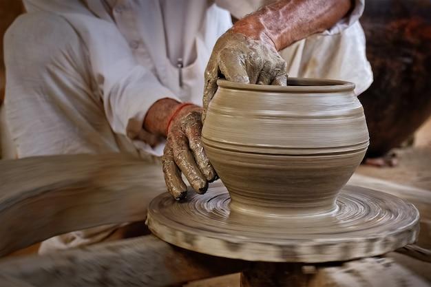 Vasaio indiano al lavoro, shilpagram, udaipur, rajasthan, india