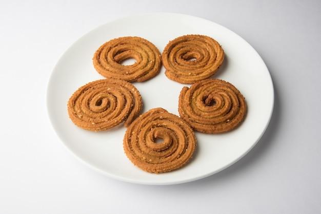Snack indiano chakli o chakali a base di porzioni di farina di lenticchie fritte, snack diwali o cibo