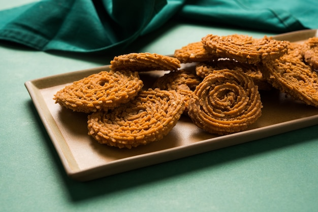 Snack indiano chakli o chakali a base di porzioni fritte di un impasto di farina di lenticchie