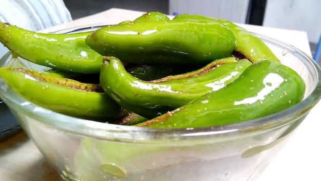Il sottaceto di peperoncino verde piccante indiano noto anche come mirchi ka achaar o loncha isolato su sfondo bianco