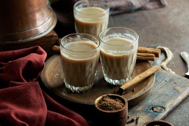 Tè piccante indiano masala, bevanda tradizionale calda e deliziosa di tè