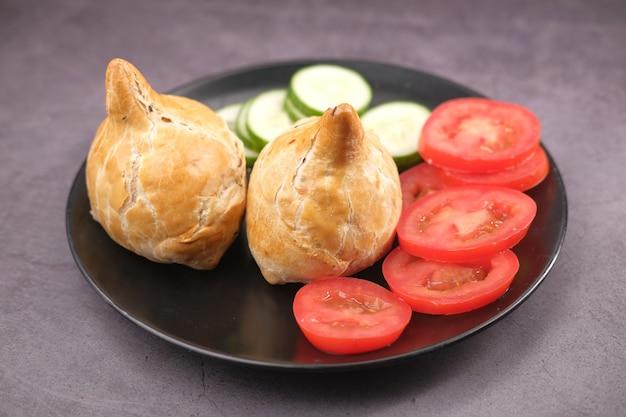 Indian street food singara sulla piastra