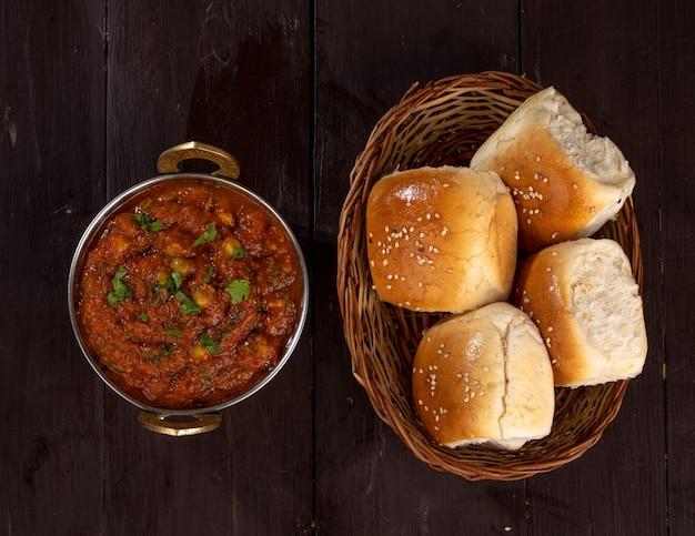 Indian street vegetarian fast food pav bhaji, fatto con patate, piselli, farina fine e altre spezie indiane