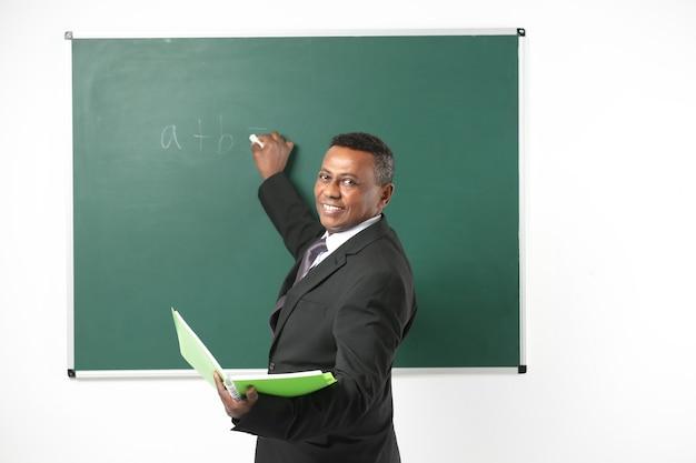 Insegnante indiano che scrive sulla lavagna in classe