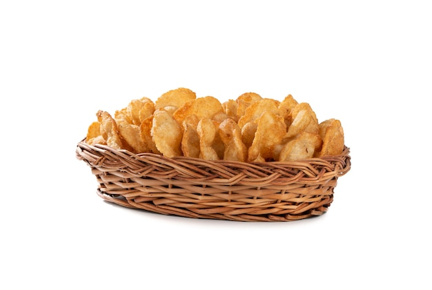 Indian traditional street snack puri o gol gappa sul muro bianco