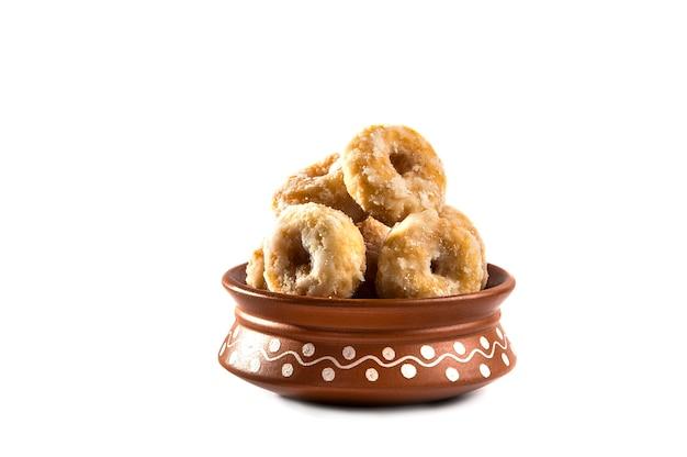 Cibo dolce tradizionale indiano balushahi su sfondo bianco
