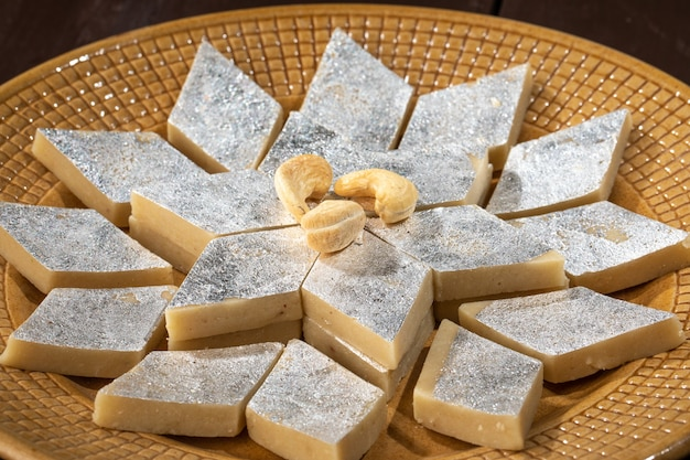 Cibo dolce tradizionale indiano kaju katli, fatto con anacardi e mawa, è il re dei dolci indiani in india